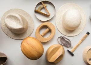 Tarvikkeita ja välineitä hatuntekoon Helsinki Hat Factory